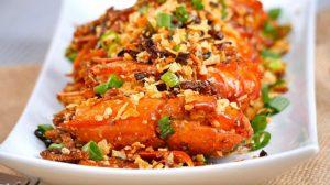 Camarão picante ao alho com batatas fritas