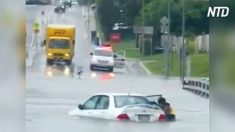 Bom samaritano resgata senhora de dentro do carro após inundação