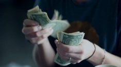 Viciada em drogas paga conta de paramédicos e causa comoção