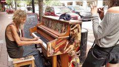 Pianista sem-teto se apresenta em jogo de futebol e ainda encontra o amor