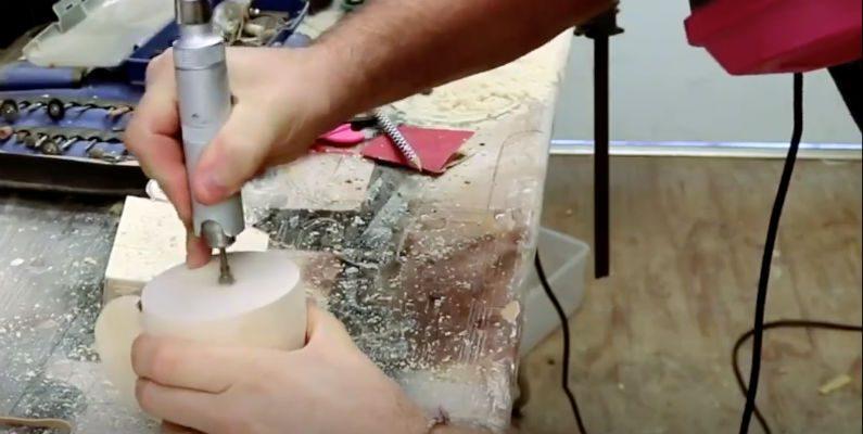 Artesão usa lápis de cor para criar fascinante artesanato
