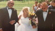 """""""Apenas puro amor e felicidade"""" Noiva caminha para altar com pai biológico e padrasto"""