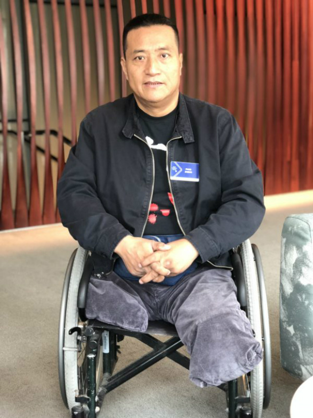 Fang Zheng, de 55 anos, cujas pernas foram esmagadas por um tanque durante o Massacre de Tiananmen em 1989, se prepara para falar no Fórum de Oslo Pela Liberdade em Nova Iorque, em 17 de setembro de 2018 (Bowen Xiao/Epoch Times)