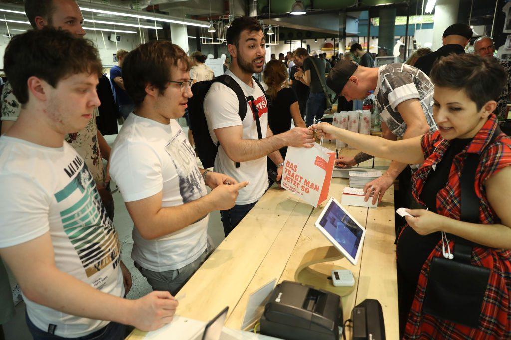 Compradores do smartphone OnePlus 5 em uma loja no centro comercial Bikini Berlin, em 21 de junho de 2017, em Berlim, Alemanha (Sean Gallup/Getty Images)