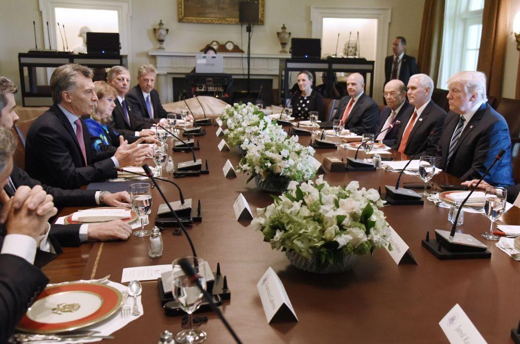 Presidente Mauricio Macri (esq.) da Argentina fala durante almoço com o presidente norte-americano Donald Trump na sala do Gabinete da Casa Branca em 27 de abril de 2017, em Washington, DC. (Olivier Douliery-Pool/Getty Images)