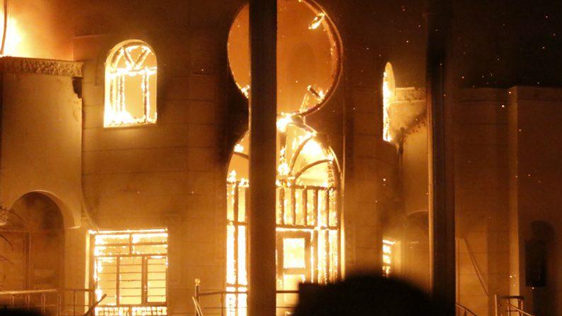 Manifestantes iraquianos invadem e ateiam fogo em consulado do Irã em Basra