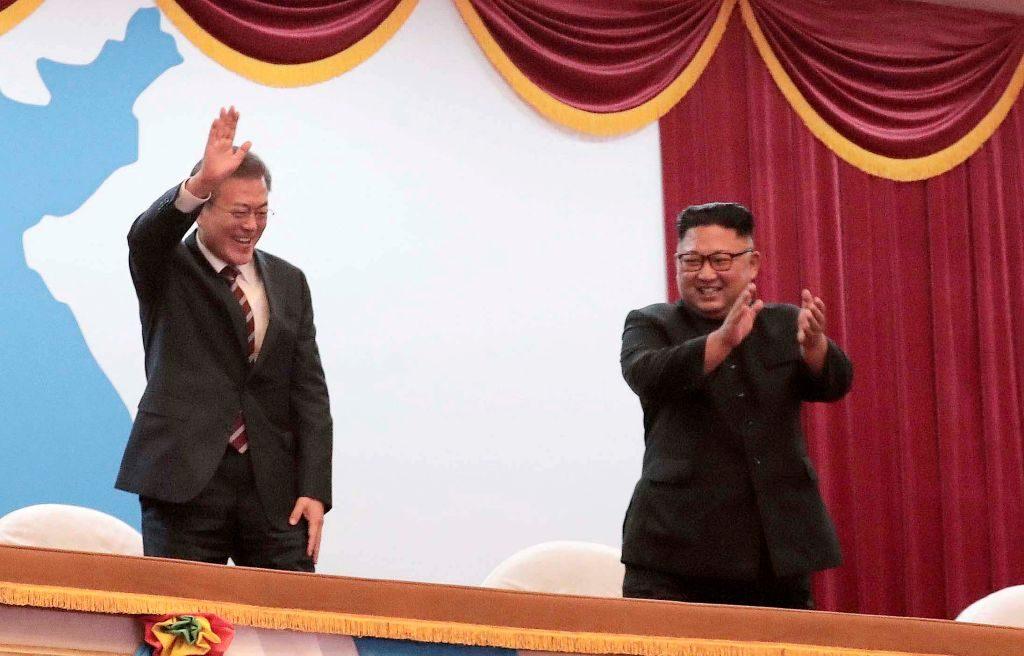 Presidente sul-coreano Moon Jae-in com o líder norte-coreano Kim Jong-un, depois de assistir a uma apresentação no Grande Teatro Pyongyang em 18 de setembro de 2018 em Pyongyang, na Coreia do Norte (Pyongyang Press Corps/Getty Images)