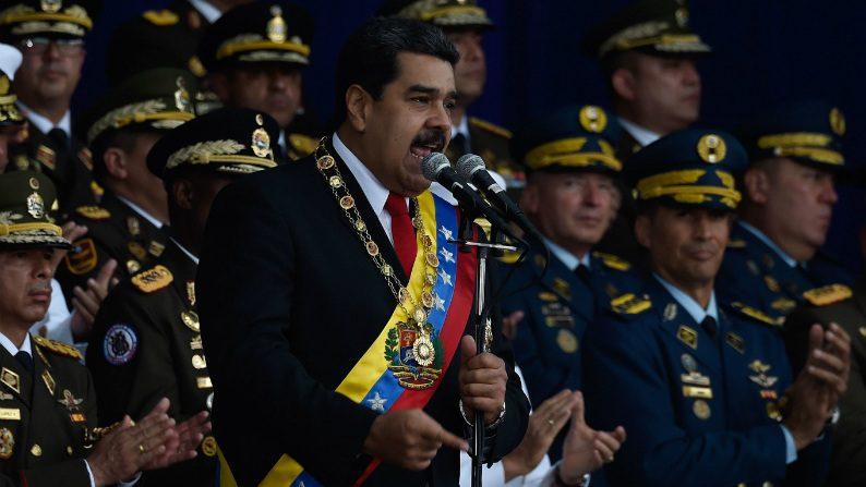 Maduro diz que venezuelanos estão saindo do país com bolsos cheios de dólares