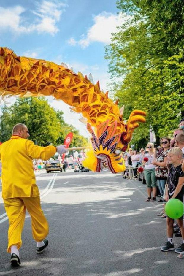 Praticantes realizam dança tradicional do dragão chinês