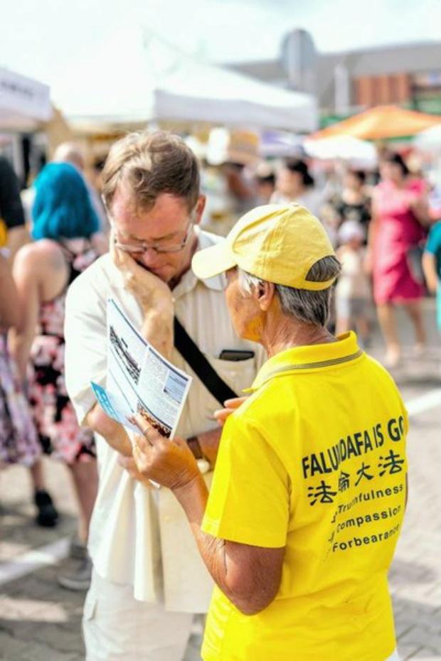 Praticante conscientizam o público sobre a perseguição contra o Falun Gong na China