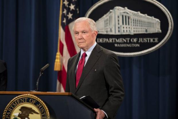 Procurador-geral Jeff Sessions fala durante coletiva de imprensa no Departamento de Justiça em Washington, em 15 de dezembro de 2017 (Samira Bouaou/Epoch Times)