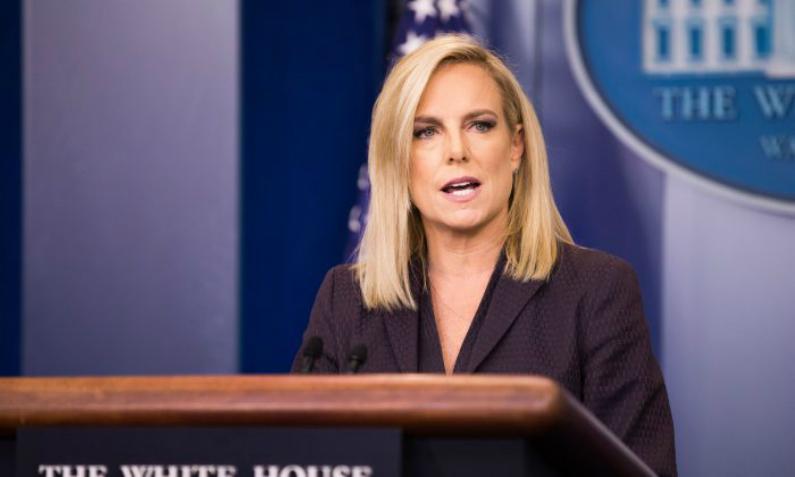Secretária do Departamento de Segurança Nacional Kirstjen Nielsen fala durante coletiva de imprensa na Casa Branca em Washington, em 4 de abril de 2018 (Samira Bouaou/Epoch Times)