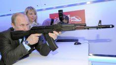 Putin exibe pontaria com fuzil de precisão da Kalashnikov em área militar
