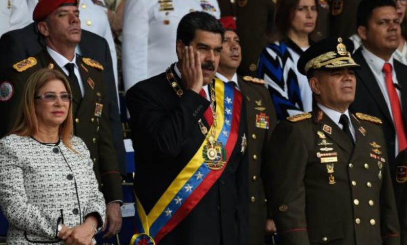 Ditador da Venezuela Nicolás Maduro entre sua esposa, Cilia Flores, e o ministro da Defesa, Vladimir Padrino, em uma cerimônia de comemoração ao 81º aniversário da Guarda Nacional, em Caracas, em 4 de agosto de 2018 (Juan Barreto/AFP/Getty Images)
