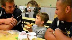 Fazendo a diferença: jogadores de futebol sentam para almoçar com vítima de bullying