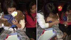 Mãe pede para filhas cheirarem seus presentes de natal e elas começaram a chorar diante da surpresa