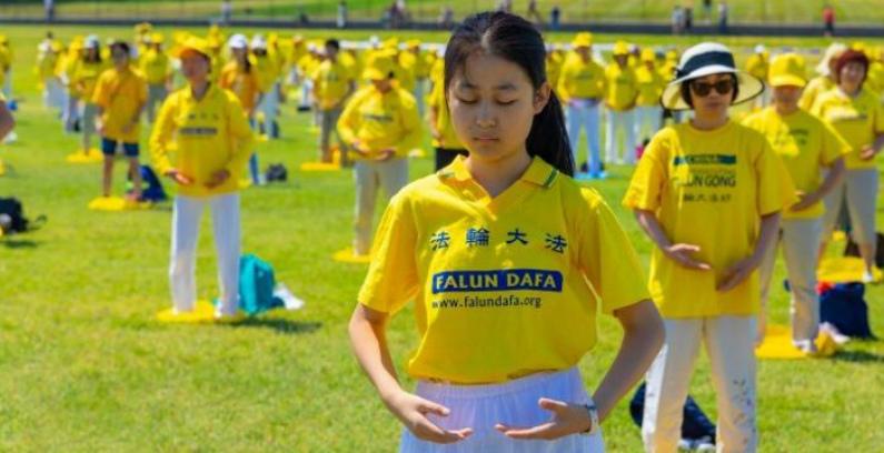 Praticantes do Falun Dafa fazem demonstração dos exercícios em Washington em 19 de julho de 2018 (Mark Zou/Epoch Times)