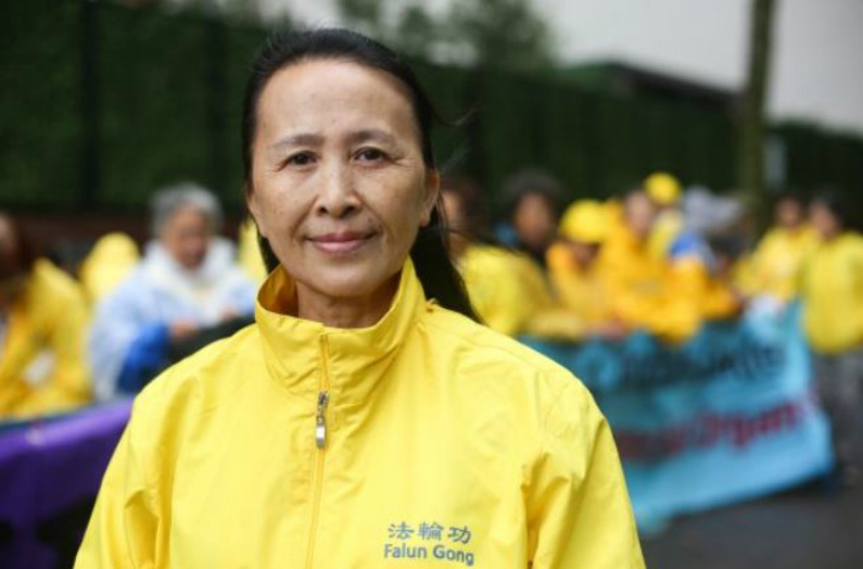 Rong Yi assiste a um evento contra a perseguição ao Falun Dafa diante do edifício das Nações Unidas em Nova Iorque em 25 de setembro de 2018 (Samira Bouaou/Epoch Times)