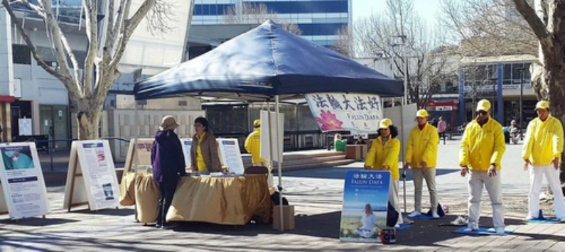 Estande de informação sobre o Falun Gong no centro da cidade (Minghui)
