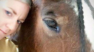 Cavalo impede mulher de cometer suicídio com apenas um olhar