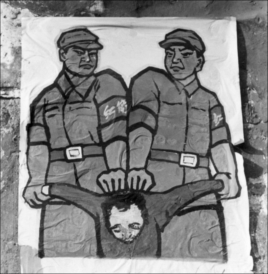 """Cartaz de rua em Pequim mostrando como tratar os chamados """"inimigos do povo"""" durante a Grande Revolução Cultural Proletária, no final de 1966 (Jean Vincent/AFP/Getty Images)"""