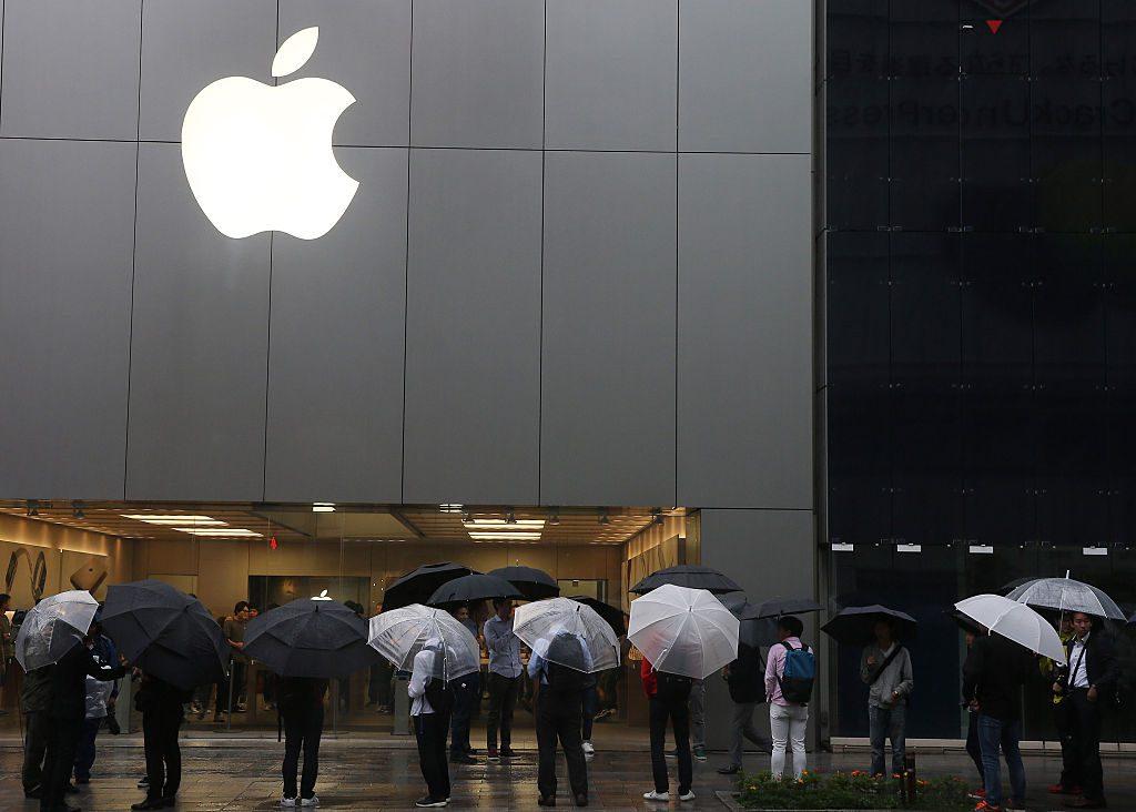 Clientes fazem fila para comprar o iPhone 6s e o 6s Plus em frente à loja Apple Ginza, em 25 de setembro de 2015, em Tóquio, no Japão (Ken Ishii/Getty Images)