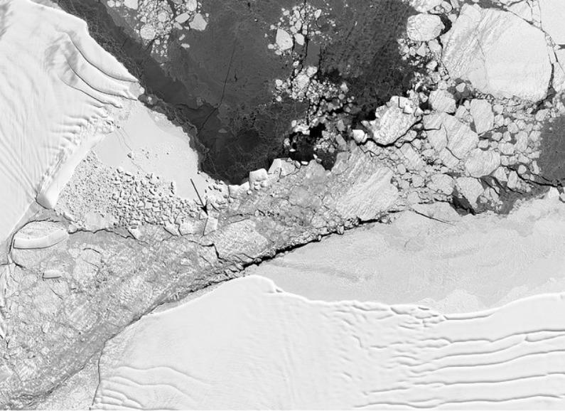 Imagem do iceberg a partir do espaço, marcado por uma seta no centro da foto (NASA/Christopher Shuman)