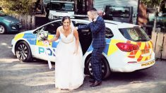 Noivos chegam em recepção de casamento dentro de carro da polícia