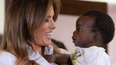 Melania Trump alimenta bebês elefantes no Quênia