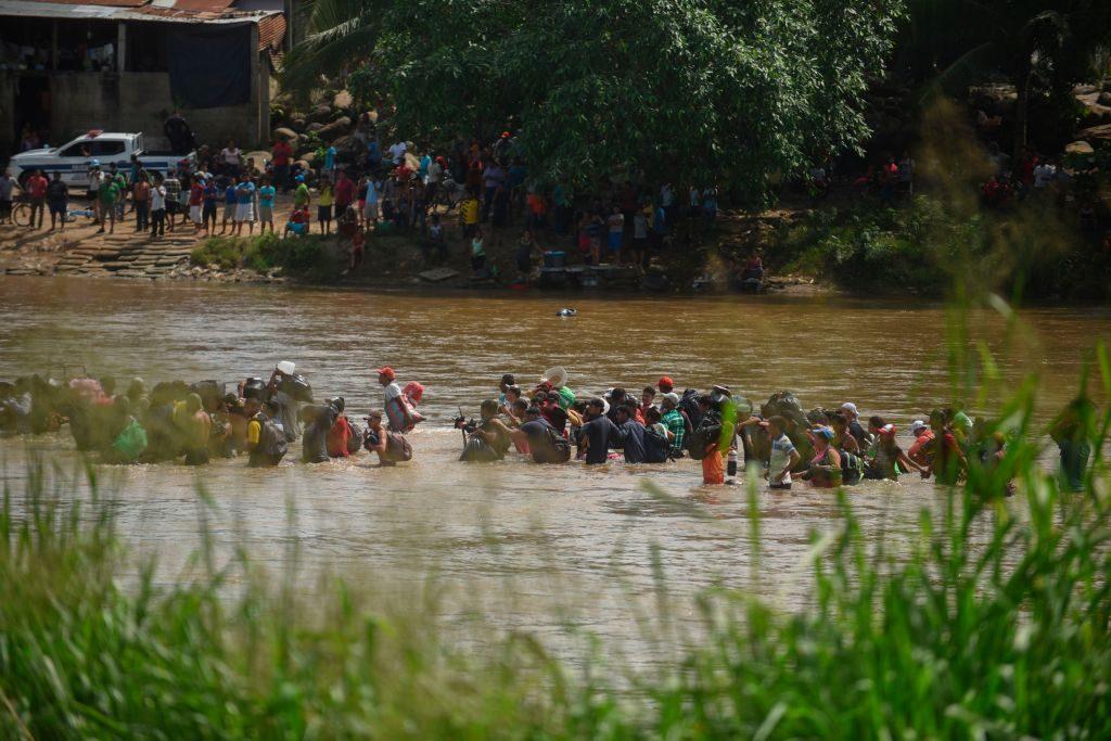 Migrantes cruzam o rio Suchiate, a partir de Tecun Uman, na Guatemala, até Ciudad Hidalgo, no México, em 29 de outubro de 2018 (Johan Ordonez/AFP/Getty Images)