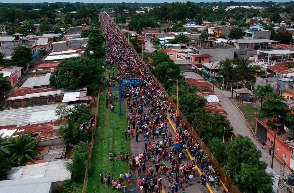 Vista aérea da caravana de migrantes hondurenhos que se dirigem aos EUA chegando à ponte internacional Guatemala-México em Tecun Uman, Guatemala, em 19 de outubro de 2018 (Carlos Alonzo/AFP/Getty Images)