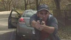 Vídeo mostra suposto imigrante ilegal atirando contra polícia