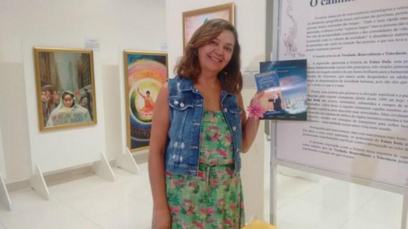 Cristiane ficou feliz em aprender sobre o Falun Gong (Minghui.org)