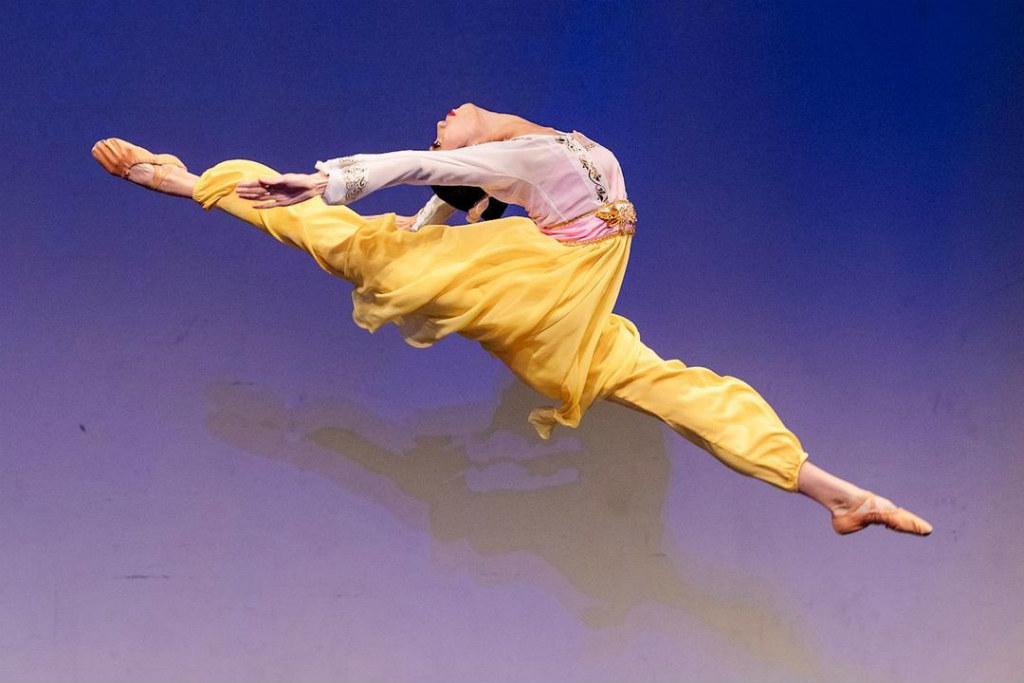 """""""Aproveitando a Primavera"""", de Michelle Lian, bailarina principal do Shen Yun Performing Arts, de Nova Iorque. Ela foi uma das vencedoras do prêmio de ouro da divisão feminina adulta (Minghui.org)"""