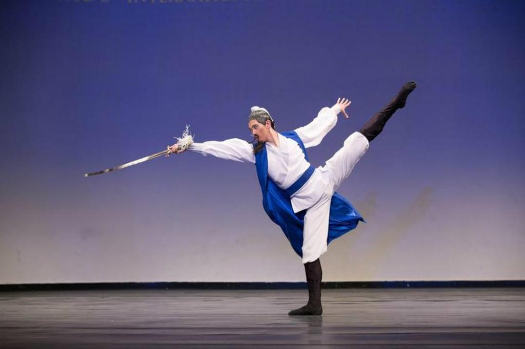 """""""Bebendo e Refletindo sob o Luar"""" por Monty Mou, principal dançarino do Shen Yun Performing Arts. Ele foi um dos vencedores do prêmio de ouro da divisão masculina adulta (Minghui.org)"""