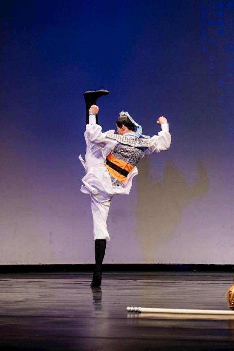 """""""O Fiel Yue Fei"""", por Chad Chen, bailarino principal do Shen Yun Performing Arts. Ele também ganhou o prêmio de ouro da divisão masculina adulta (Minghui.org)"""