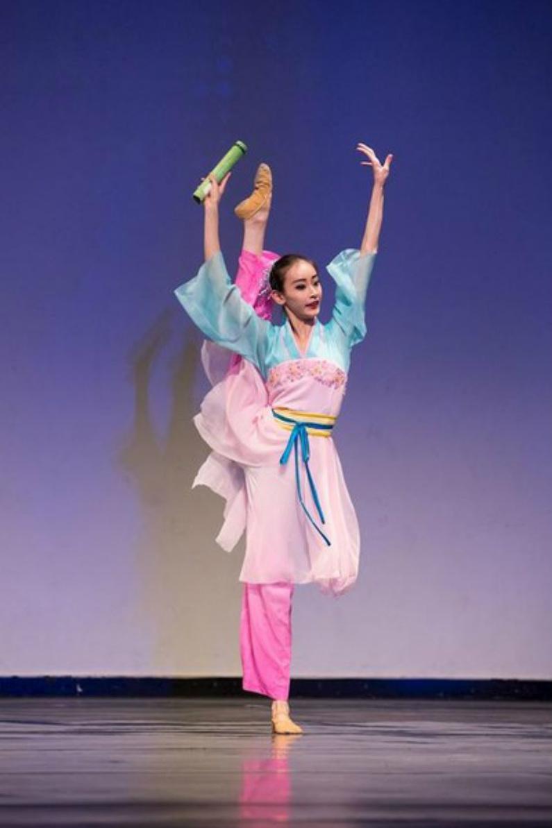 """""""Despertando na Primavera"""" por outra vencedora do prêmio ouro da divisão júnior feminina, Yue Huang, da Fei Tian Academy of the Arts (Minghui.org)"""