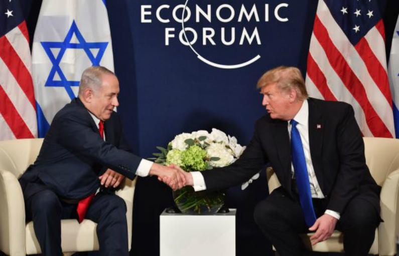 Presidente dos EUA, Donald Trump (dir.), cumprimenta o primeiro-ministro israelense Benjamin Netanyahu durante uma reunião bilateral em paralelo à reunião anual do Fórum Econômico Mundial (WEF) em Davos, Suíça, em 25 de janeiro de 2018 (Nicholas Kamm/AFP/Getty Images)