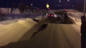 Terremoto de magnitube 7,0 atinge o Alasca criando crateras nas rodovias (vídeo)