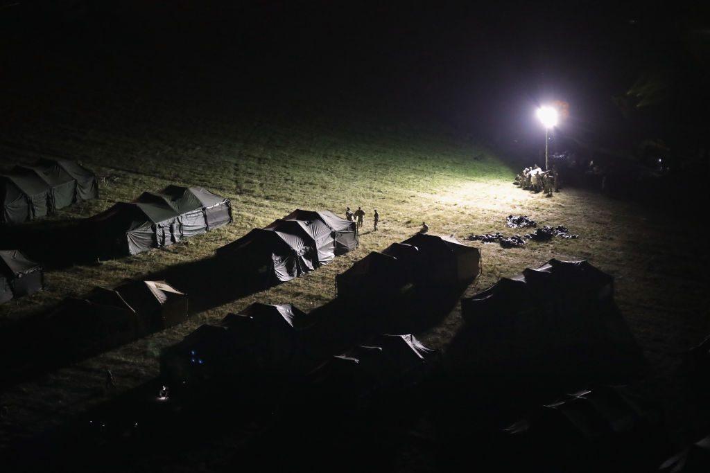 """Soldados do Exército dos EUA levantaram acampamento no porto de entrada internacional na fronteira EUA/México em 6 de novembro de 2018 em Donna, Texas. Os soldados, como parte da """"Operação Patriota Fiel"""", instalaram cercas de arame farpado ao redor da área nos últimos dias enquanto se preparam para a possível chegada da caravana de migrantes nas próximas semanas (John Moore/Getty Images)"""