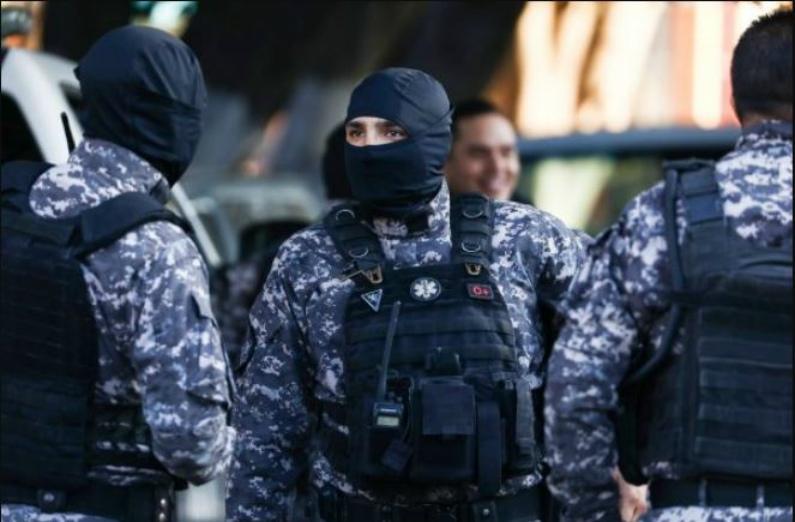 Polícia federal a postos do lado de fora do acampamento de migrantes em um complexo esportivo municipal em Tijuana, México, em 18 de novembro de 2018 (Charlotte Cuthbertson/Epoch Times)