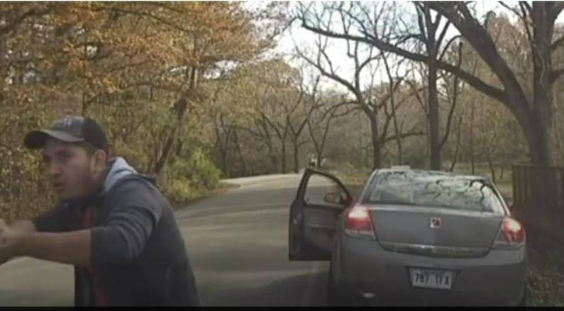 Luis Cobos-Cenobio, 29 anos, atirando em Brett Thomson, da polícia do condado de Washington (Captura de vídeo)