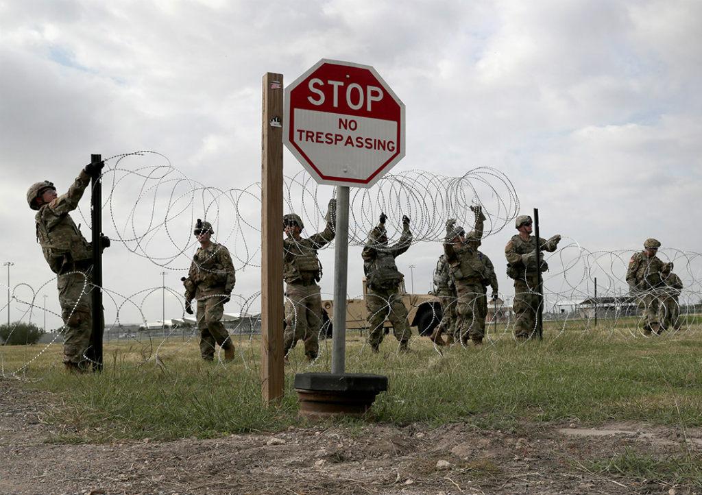 Soldados do exército dos EUA em Fort Riley, no Kansas, perto do porto de entrada na fronteira México-EUA em 4 de novembro de 2018 (John Moore/Getty Images)