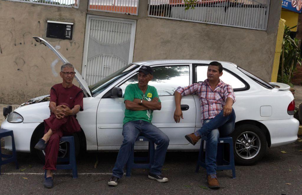 Motoristas fazem fila para comprar gasolina em San Cristóbal, estado de Táchira, Venezuela, em 21 de setembro de 2018. Os habitantes do estado venezuelano de Táchira, na fronteira com a Colômbia, têm que permanecer em longas filas, às vezes por até três dias, para comprar gasolina (Oscar Duque/AFP/Getty Images)