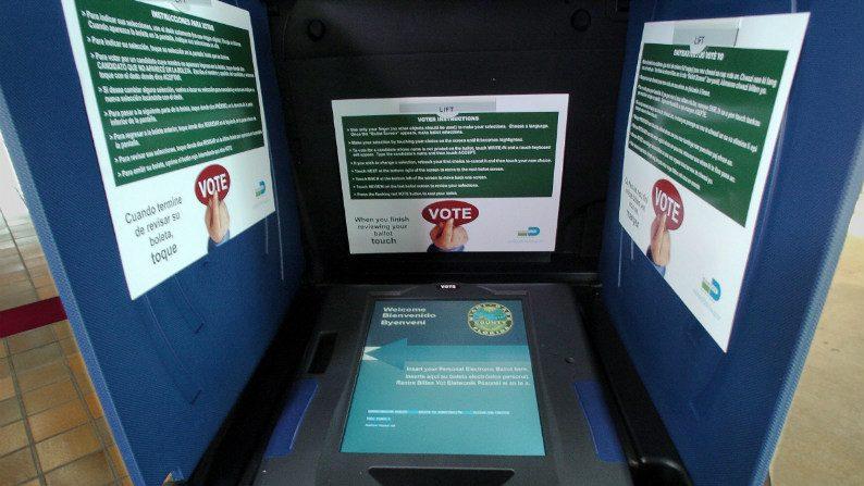 Sob suspeita, urna eletrônica só é adotada em cinco estados norte-americanos