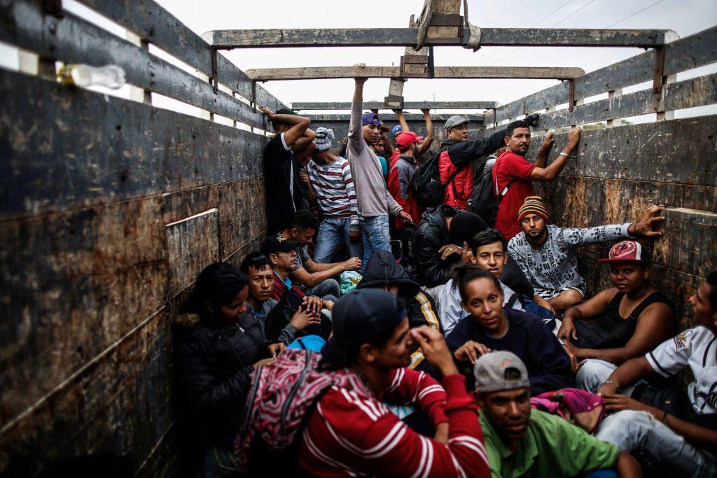 Migrantes venezuelanos viajam de caminhão em Tumbes, Peru, perto da fronteira com o Equador, em 1º de novembro de 2018 (Juan Vita/AFP/Getty Images)