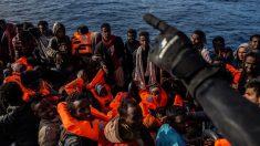 """Navio de ajuda """"Open Arms"""" atraca com 311 emigrantes na Espanha após rejeição italiana"""