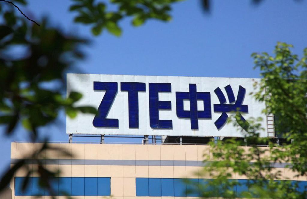 Foto tirada em 19 de abril de 2018 mostra o logotipo da ZTE em um edifício em Nanjing, na província oriental de Jiangsu, China. A gigante chinesa de telecomunicações ZTE prometeu em 20 de abril lutar contra uma ordem dos EUA que a proíbe de comprar e usar tecnologia norte-americana, uma medida que enfureceu Pequim (AFP/Getty Images)