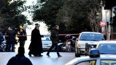 Dispositivo explosivo detona fora de igreja em Atenas, ferindo suas pessoas