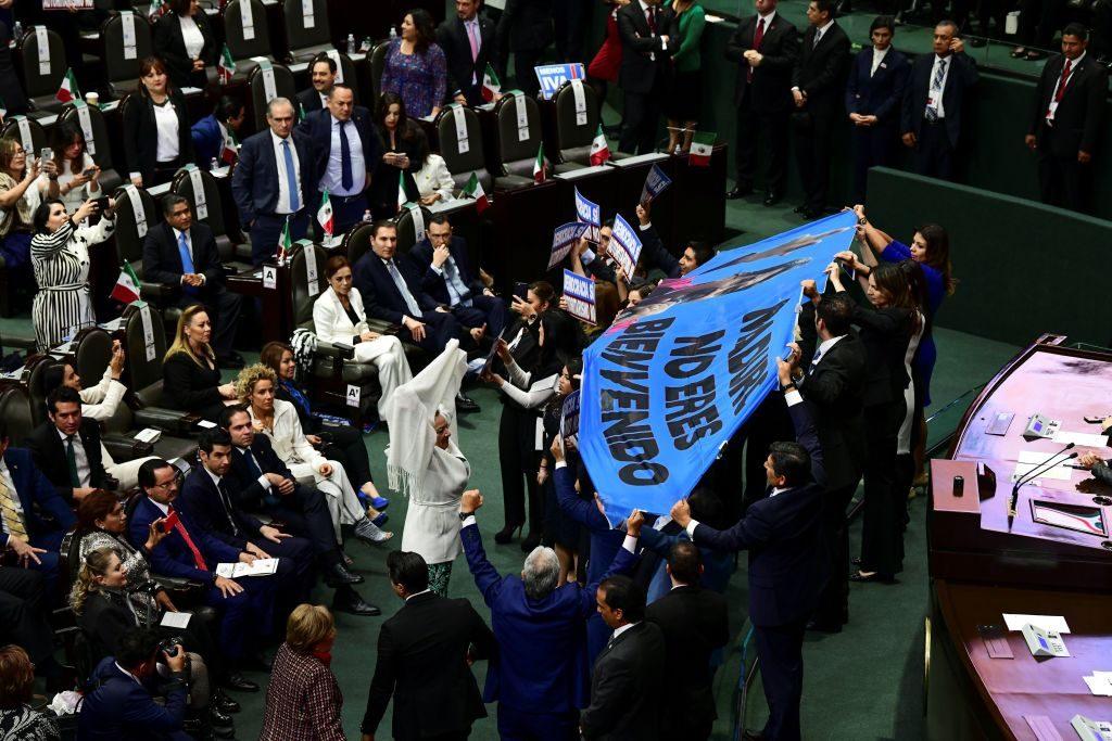 """Deputados mexicanos seguram uma faixa que diz """"Maduro, você não é bem-vindo"""" no Congresso da União, na Cidade do México, durante a cerimônia de posse do novo presidente do México, Andrés Manuel López Obrador, em 1º de dezembro de 2018 (Ronaldo Schemidt/AFP/Getty Images)"""